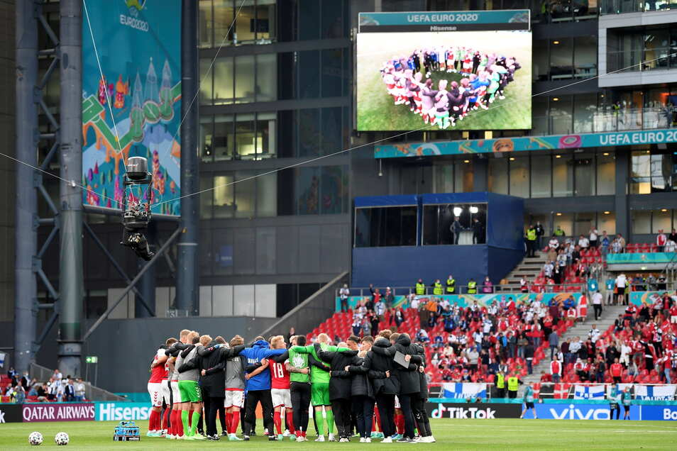 Die Mannschaft von Dänemark steht zusammen. Nach dem Zusammenbruch ihres Mitspielers Christian Eriksen wollte sie das Spiel auch auf Eriksen Wunsch fortsetzen.
