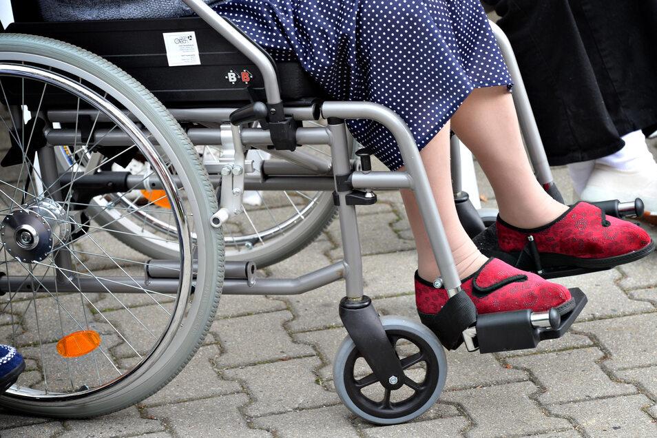Eine 82-jährige Frau im Rollstuhl ist am Montagnachmittag in Dresden-Johannstadt zum Opfer eines Diebes geworden.