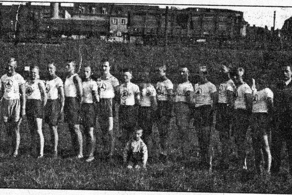 """1924, Sportplatz am Steiger Potschappel: Siegreiche Mannschaft des Turnvereins Potschappel im Wettbewerb Staffellauf """"Quer durch Freital"""", ein Kurs über 5.000 Meter."""