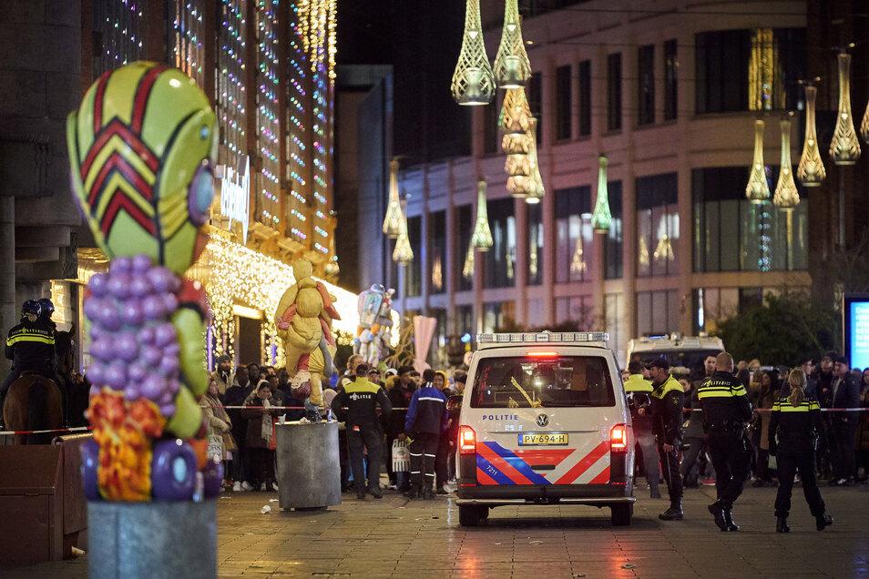 Polizisten stehen in der Einkaufsstraße im Zentrum von Den Haag, in der ein Mann auf Passanten eingestochen hat.