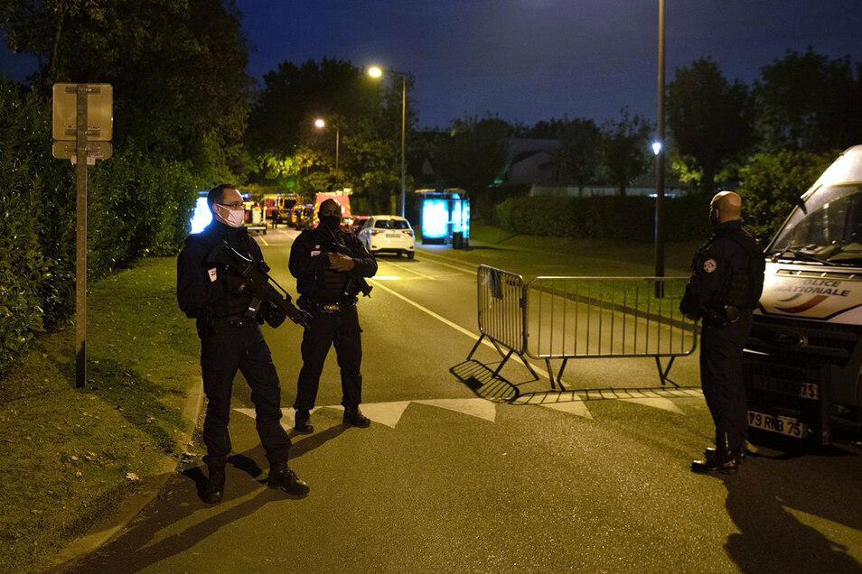 Ein Geschichtslehrer ist ersten Erkenntnissen zufolge in der Nähe von Paris von einem Angreifer enthauptet worden. Die Anti-Terror-Fahnder der Staatsanwaltschaft übernahmen die Ermittlungen.