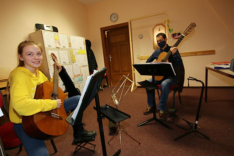 Hannah Haferland aus Döbeln lernt seit etwa drei Jahren Gitarre. Am Dienstag bekam sie nach längerer Zeit wieder eine Unterrichtsstunde bei ihrem Gitarrenlehrer Andras Toth.