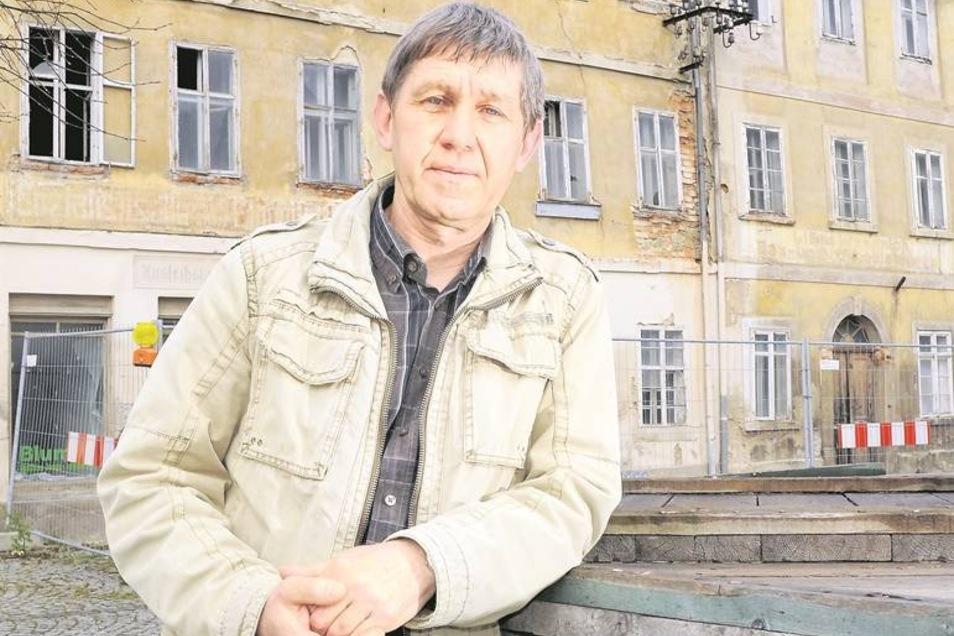 Steffen Blaschke (großes Foto) von der CDU in Ostritz steht vor dem Markt 18/19. Für den Umbau der Häuser zu altersgerechten Wohnungen hat sich die Fraktion stark gemacht. Die Partei will das Thema auch im künftigen Stadtrat hochhalten. Für den treten auß