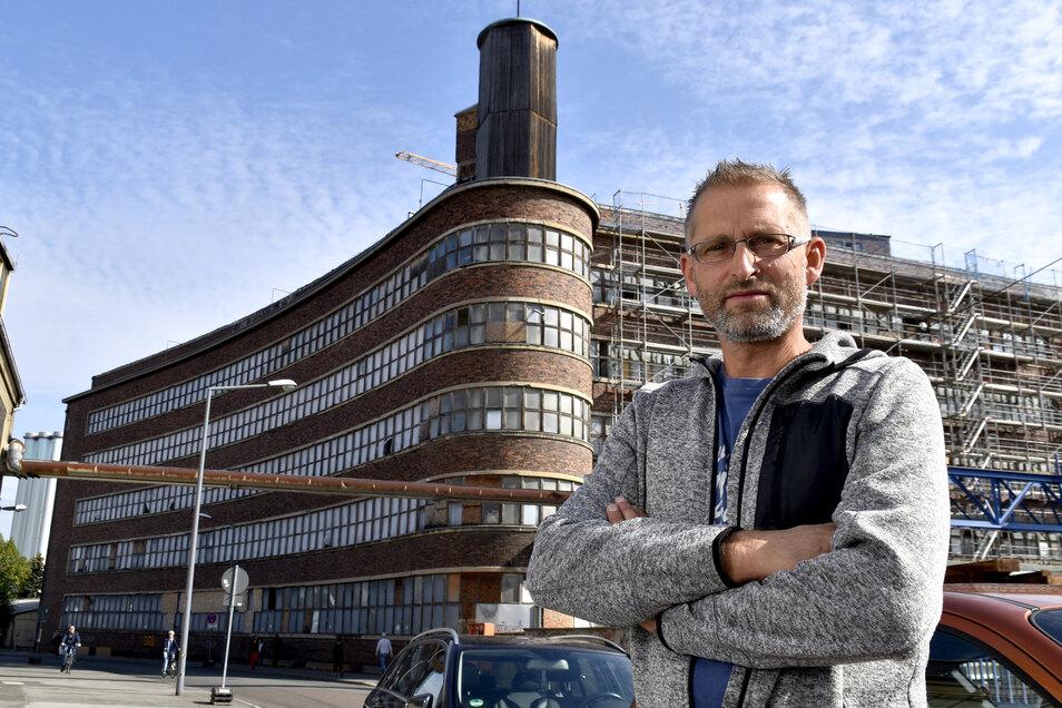 """Rico Gießmann hat in dem großen Fleischverarbeitungsbetrieb """"Vorwärts"""" 1989 seine Ausbildung zum Fleischer begonnen. Nun kehrte der jetzige Dachdecker in seinen Lehrbetrieb zurück."""