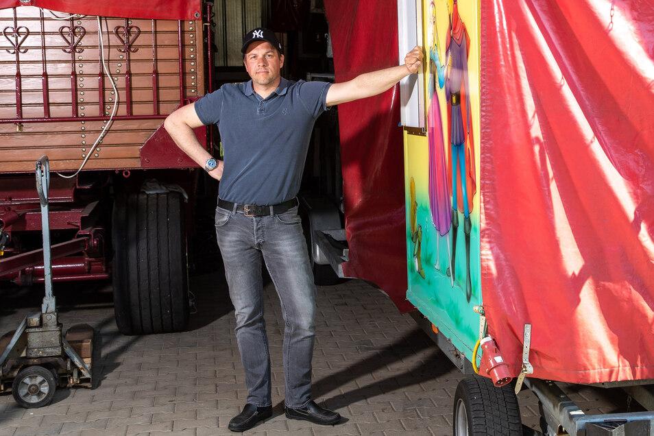Schausteller Björn Reinhardt am eingepackten Fuhrpark: In drei Stunden wäre ich startklar.