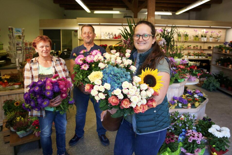 Sabine und Horst Scheffler freuen sich, dass ihre Tochter Astrid Sebök (vorn) in den nächsten Jahren ihre Traditions-Gärtnerei übernehmen will. Die neue Blumenscheune gehört ihr bereits.
