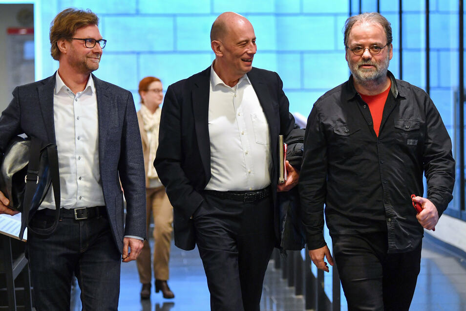 Dirk Adams (Bündnis 90/Die Grünen, l-r), Wolfgang Tiefensee (SPD) und Steffen Dittes (Die Linke) im Thüringer Landtag. Adams spricht sich für eine Auflösung des Landtags noch in diesem Jahr aus.