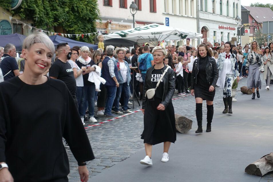 15 Freundinnen und Kundinnen von Susan Ranft zeigten auf der Ritterstraße Herbst- und Wintermode. Das Geschäft Soultrip Fashion ist zum ersten Mal dabei.