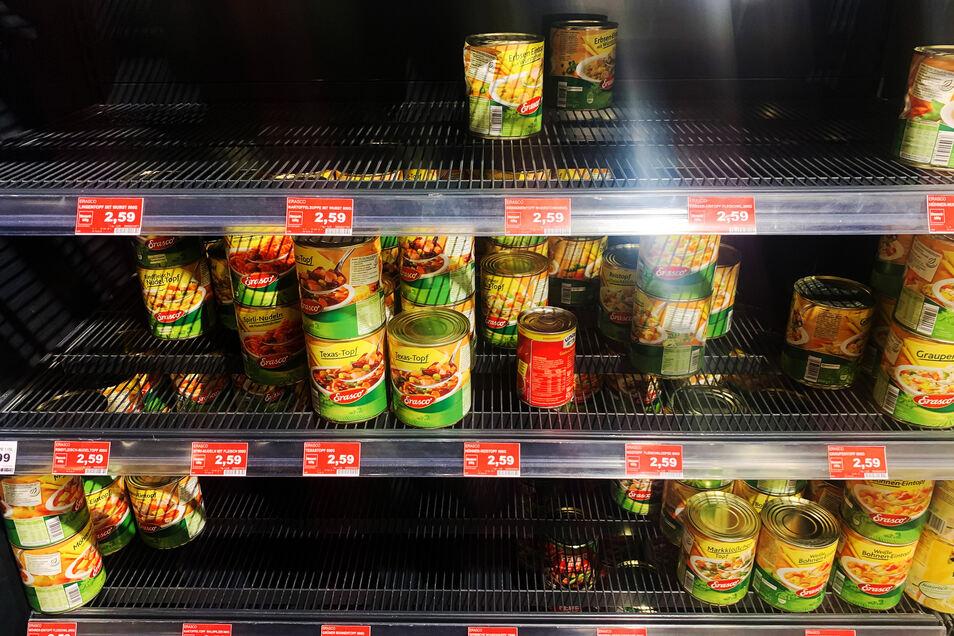 Große Lücken sind in den Regalen mit Konserven in einem Berliner Supermarkt zu sehen. Die Angst vor dem Coronavirus sorgt für Hamsterkäufe.