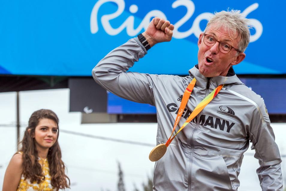 Hans-Peter Durst jubelt am 16. September 2016 über seine Goldmedaille im Radrennen bei den Olympischen Spielen in Rio De Janeiro.