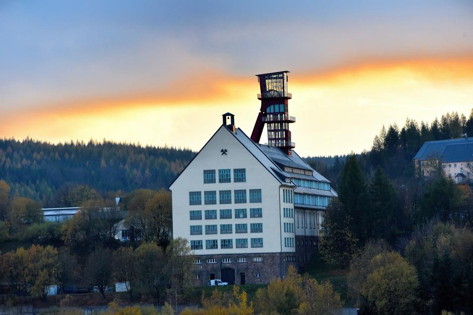 Mit dem sanierten, circa 35 Meter hohen Fördergerüst und den Tagesanlagen des Arno-Lippmann-Schachtes blieb ein markantes technisches Denkmal der letzten Betriebsperiode des Zinnbergbaus erhalten,
