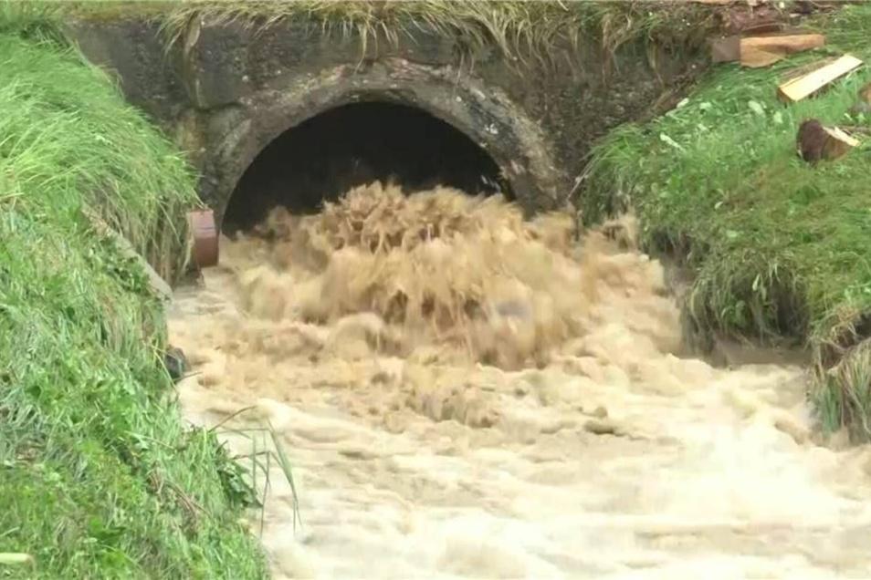 Die Straßengräben konnten das Wasser nicht mehr fassen, so dass sich die Fluten über Felder, Straßen und Gärten ergossen.