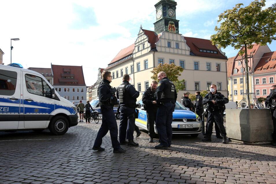 Polizisten am Rande einer nicht angemeldeten Corona-Demo in Pirna. 500 Euro Bußgeld für den, der trotz Aufforderung nicht ging.