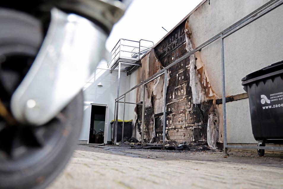 Die Hausfassade wurde vom Feuer schwer in Mitleidenschaft gezogen.