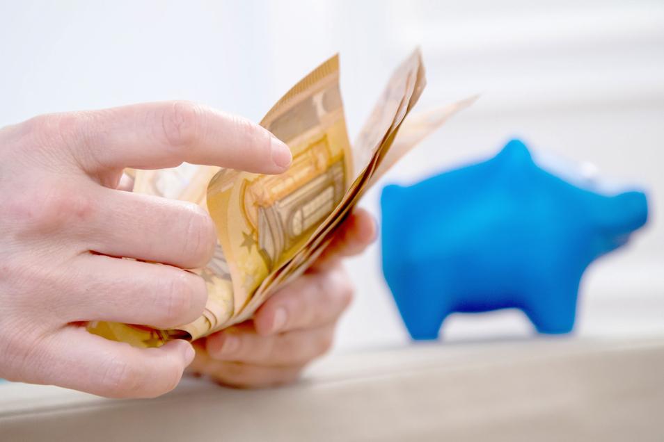 Wie viel Geld steht mir zu? Banken dürfen die Verzinsung für Sparverträge nicht einfach so ändern - dafür gibt es Regeln.