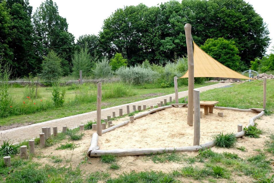 Zur Bewegungslandschaft im Außengelände gehört auch ein Sandkasten mit Sonnensegel.