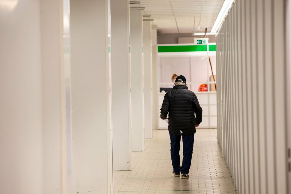 Ein über 80-Jähriger geht zum Check-in im Impfzentrum in Pirna-Copitz. Nur wer zuvor einen Termin erhalten hat, wird hereingelassen.