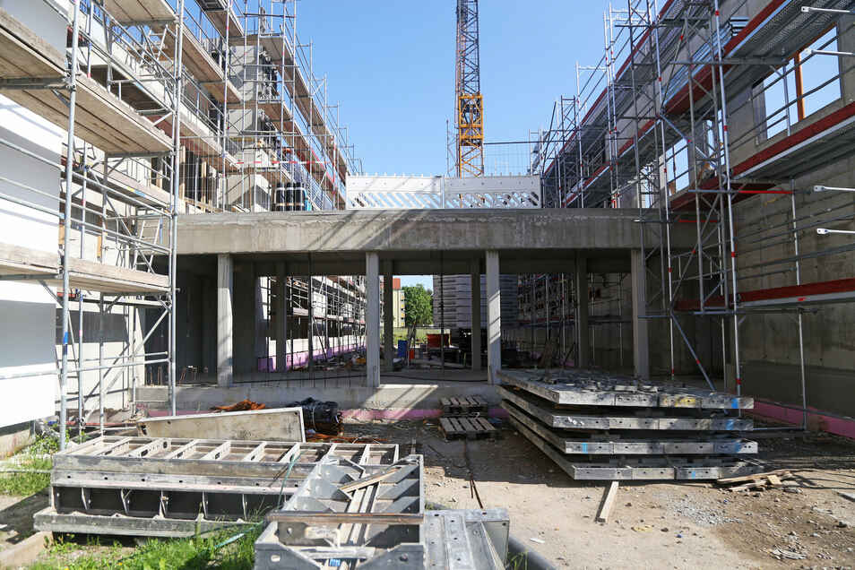Zwischen neuer Turnhalle und den Schulgebäuden entsteht ein Verbindungsgang. vom ersten Stock soll man durch Glasscheiben in die Halle schauen können.