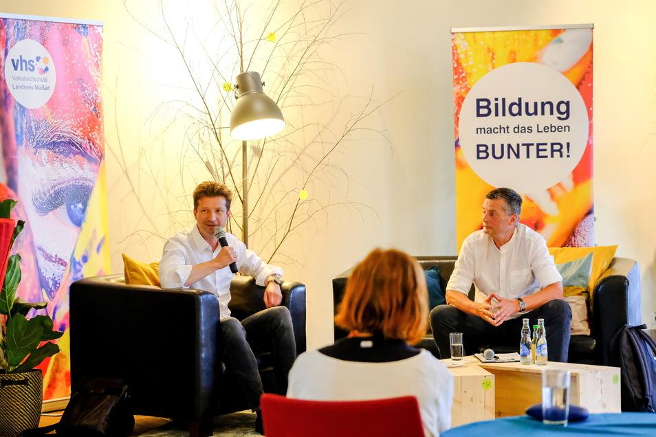 Im Kultur-Bahnhof standen Wolf-Dieter Jacobi als Fachmann in Sachen Fernsehen (l.) und SZ-Redakteur Peter Redlich Rede und Antwort.