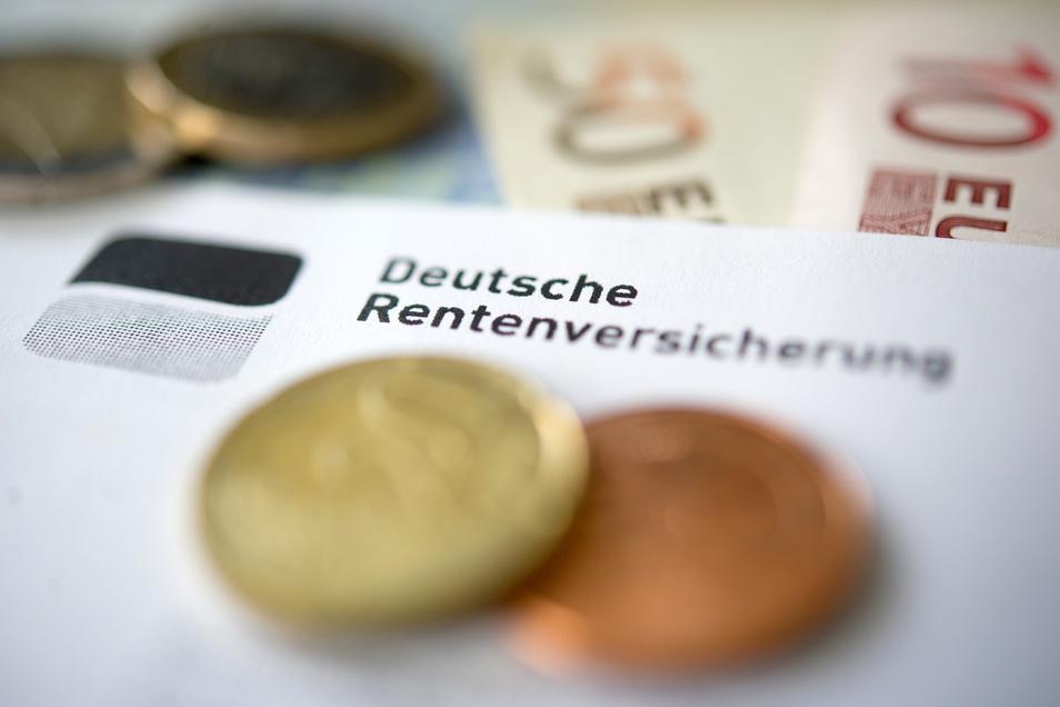 In dem CDU-Papier heißt es unter anderem, steigende Kosten der Alterssicherung könnten nicht nur von Beitragszahlern aufgefangen werden. Deshalb solle es einen zusätzlichen Beitrag zur Gesetzlichen Rentenversicherung geben.