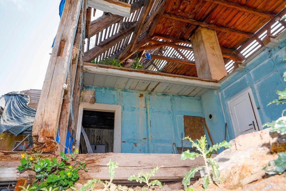 Nicht nur das Dach wurde abgedeckt, sondern auch einige Wände abgerissen.
