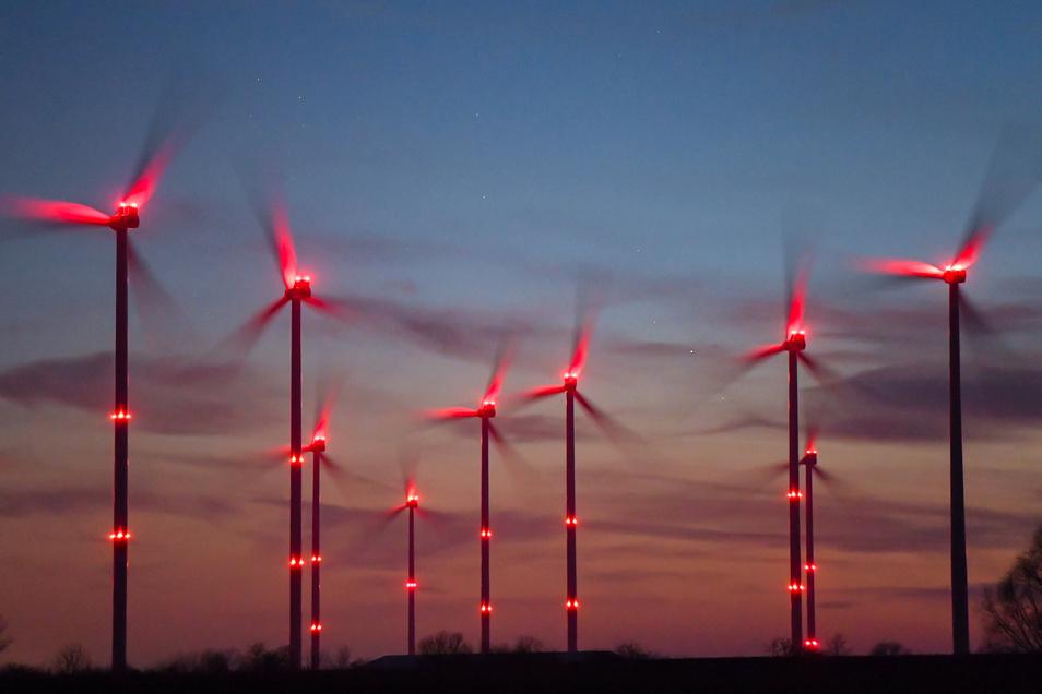 Windräder dürfen nachts nur noch blinken, wenn sich tatsächlich ein Flugobjekt nähert.