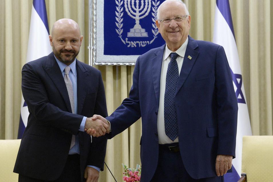 Reuven Rivlin (r), Staatspräsident von Israel, schüttelt die Hand von Geschäftsmann Abdallah Chatila.
