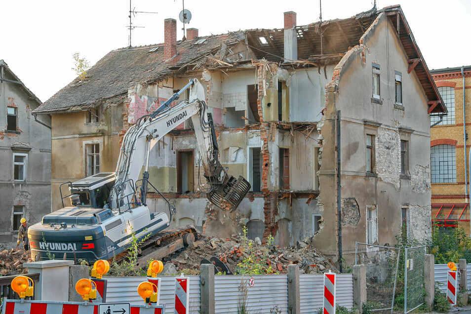 Drei Häuser gegenüber von Kaufland in Zittau-West werden seit Montag abgerisssen.