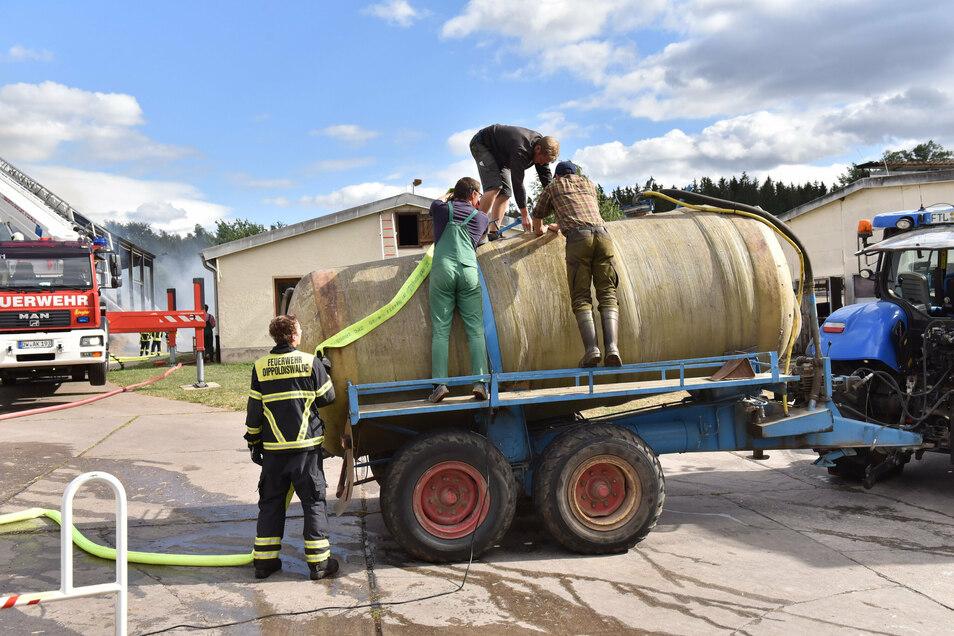 Die Wasserversorgung war schwierig. Die Landwirte brachten mit eigenen Fässern Wasser herbei.