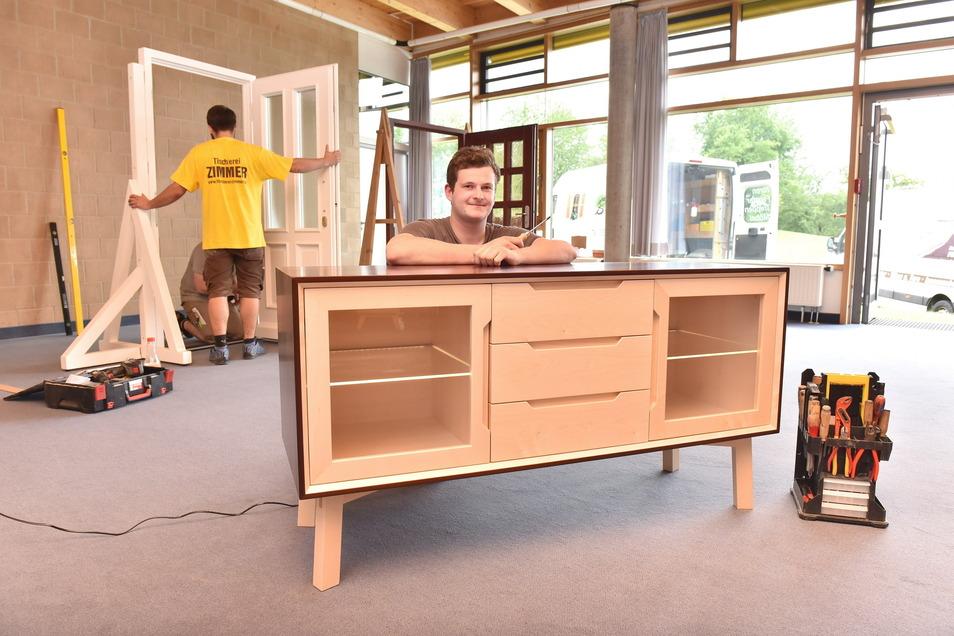 Rick Teich von der Tischlerei Baumgart aus Neustadt hat ein Sideboard als Gesellenstück angefertigt.