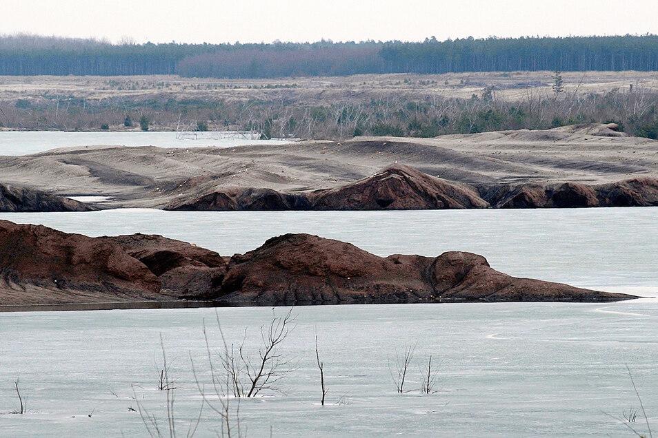Wie ein Wal ragt der Sandberg am Sedlitzer See aus dem Wasser. So sah es vor drei Jahren aus, inzwischen sind viele Millionen Kubikmeter Wasser dazugekommen.