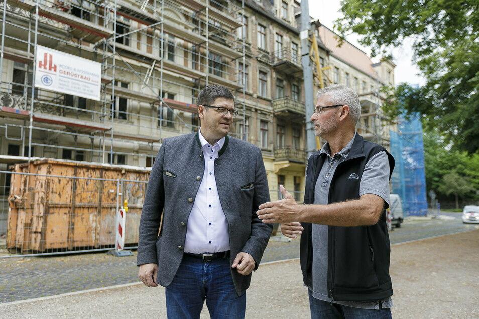 Kommwohnen-Chef Arne Myckert (l.) und Kommwohnen-Bauingenieur Joachim Wätzig stehen vor den drei Wohnhäusern am Leipziger Platz, die das Unternehmen auch für Senioren saniert.
