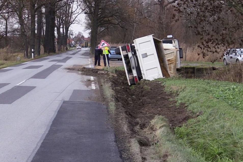 Der Lkw mit Anhänger war am Morgen auf der Staatsstraße 109 bei Malschwitz (Landkreis Bautzen) unterwegs