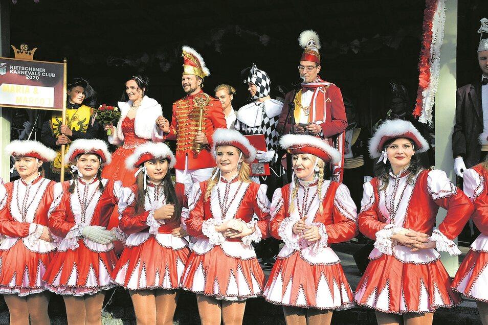 Auf dem Festplatz zeigte sich das Prinzenpaar Marco der 1. und Prinzessin Maria (hintere Reihe links).
