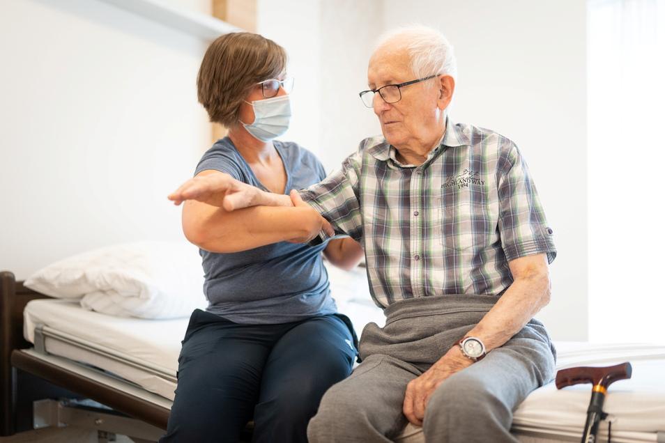 Immer schön kreisen: Ergotherapeutin Nicole Böttger zeigt Manfred Tomisch Übrungen für den Arm. Der 87-Jährige hatte sich die Schulter gebrochen und ist nun im Pflegezentrum Dresden-Plauen.