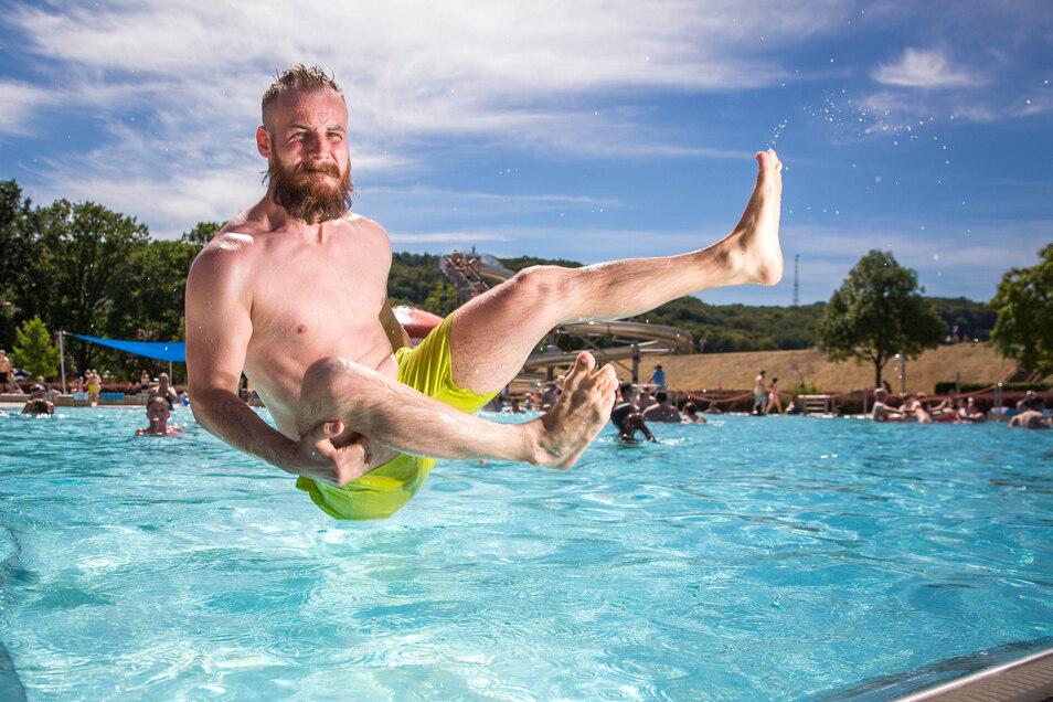 Abkühlen und im Wasser Spaß haben: Manuel Pfaffelhuber hat den ganzen Tag mit seinem Sohn im Stauseebad Bad Cossebaude verbracht.