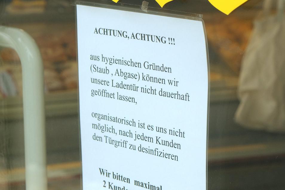 Die Bäckerei Liebe in Nossen hat auf eine neue Verordnung mit einem Schild in der Eingangstür reagiert.