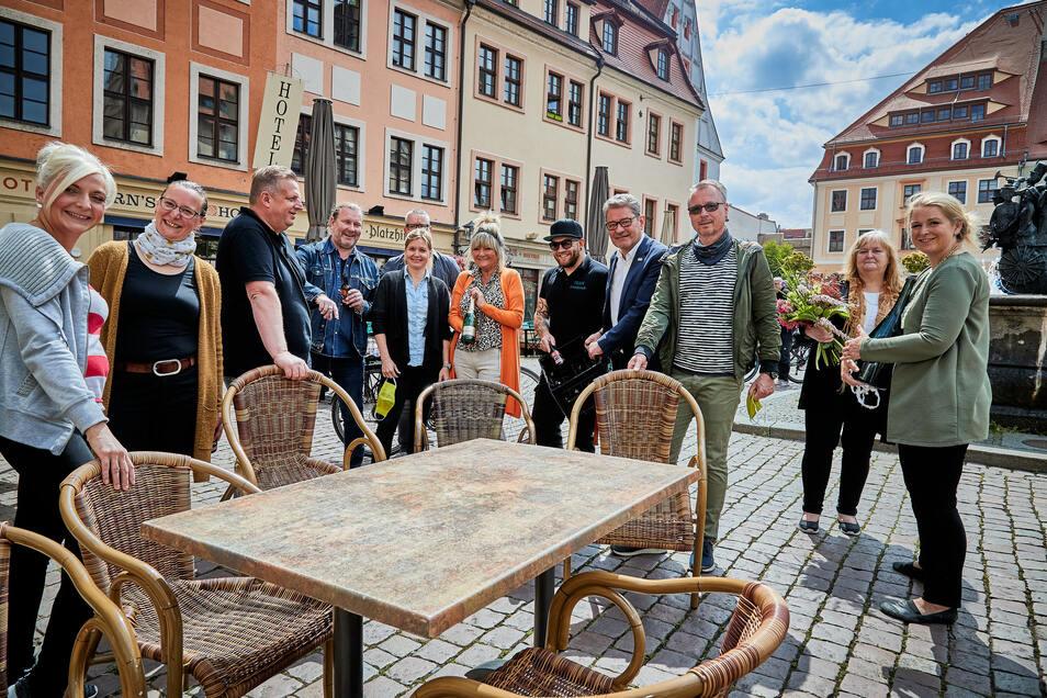 Zusammen mit den Gastronomen der Stadt hat Pirnaer Oberbürgermeister Klaus-Peter Hanke (parteilos) die Eröffnung der Restaurants und Cafés gefeiert.