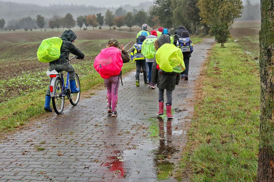 Langer Schulweg wegen einer Straßensperrung: Bei Wind und Wetter laufen die Schulkinder über einen Radweg in den Lawalder Ortsteil Sand.