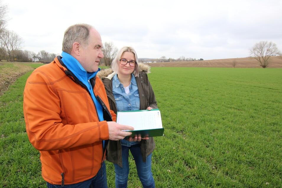 """Agrar-Ingenieur Ulrich Klausnitzer berät Johanna Fuchs und andere Landwirte auch in Sachen Naturschutz. Hier begutachten beide einen sogenannten """"Regreening-Streifen""""."""