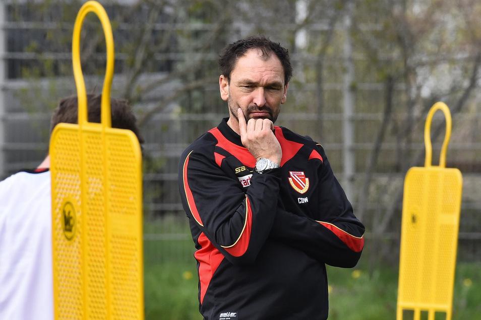 """Sein Gesichtsausdruck täuscht nicht: Wenn es um die Sensation gegen Bayern geht, ist Energie-Trainer """"Pele"""" Wollitz skeptisch."""