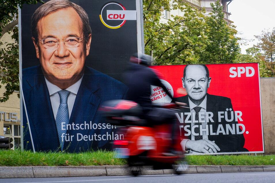 Die Menschen in Sachsen finden, dass nach dem Wahlsieg der SPD auch deren Kandidat Olaf Scholz (rechtes Plakat) Kanzler werden sollte. Armin Laschet genießt nur wenig Zuspruch.