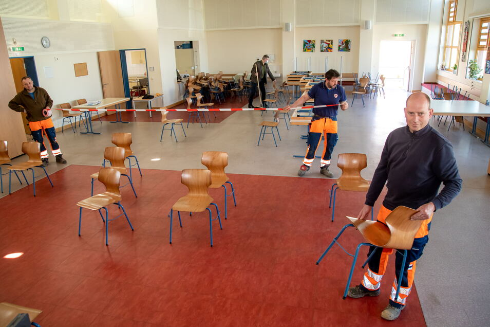 Mitarbeiter der Kodersdorfer Inklusions- und Servicegesellschaft richten die Mehrzweckhalle in der Schulstraße als Tagesimpfzentrum ein.
