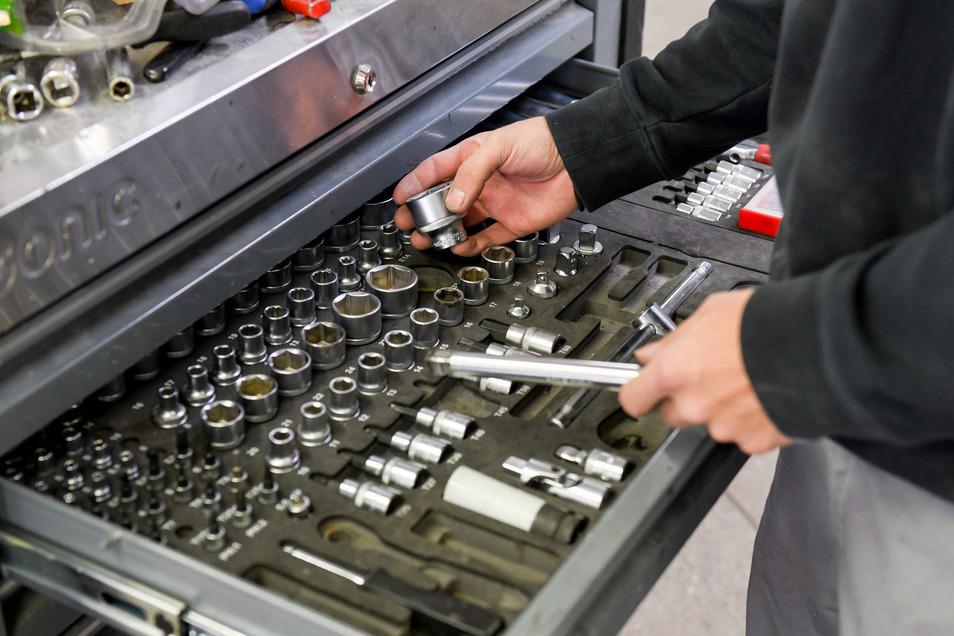 Auch bei den Elektronikern gibt es zahlreiche Lehrverträge im ostsächsischen Handwerk. Warum Betriebe dennoch bangen.