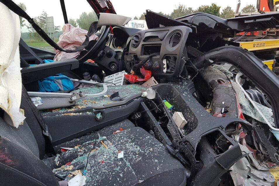 Der Fahrer des Transporters wurde bei dem Unfall verletzt.