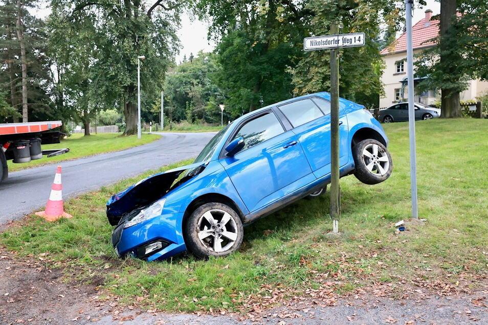 Ein Kran hob das Fahrzeug aus dem Graben.