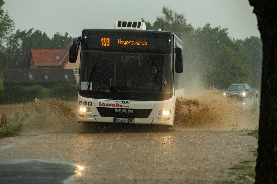 Starkregen wie hier in Temritz im Landkreis Bautzen und nach relativ langer Trockenheit prägen auch zukünftig das Wetter in der Lausitz. Vor allem der Grundwasserbildung nutzt starker Regen gar nichts. Er fließt viel zu schnell wieder ab.