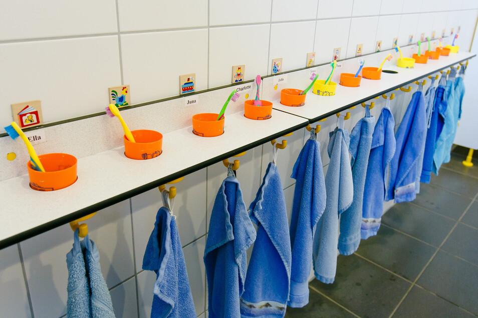 An diesem Montag beginnt in den meisten Kitas wieder der Regelbetrieb. Hygieneregeln sind weiter zu beachten. Und auch manche coronabedingte Neuerung wird hier und da beibehalten.