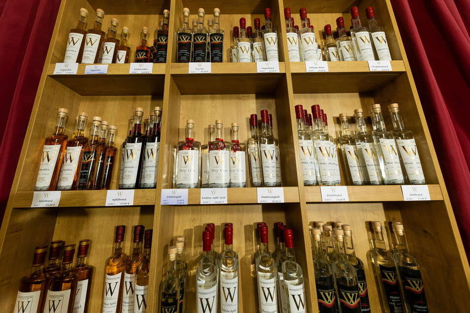Die Produktion findet im ehemaligen Partykeller des Straßbergerschen Eigenheims statt. Ab Oktober läuft die Brennblase auf Hochtouren. Der Ausstoß beträgt etwa 2.400 Flaschen pro Saison. Die Destillate werden in ausgesuchten Gasthäusern und Geschäften sow