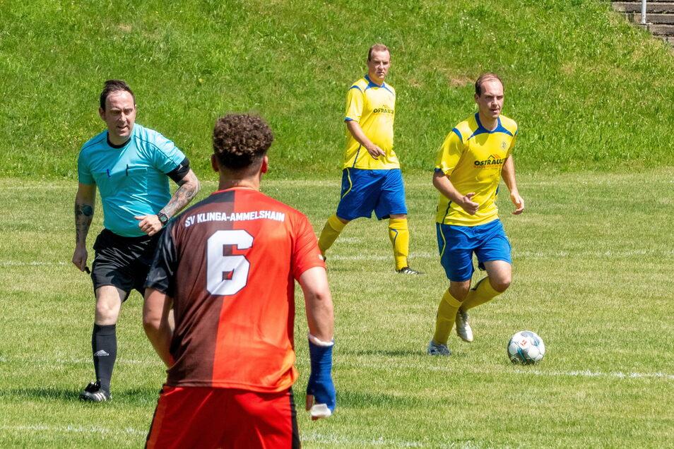 Der SV Ostrau 90 (gelbe Trikots) setzte sich im Kreispokal-Achtelfinale mit 2:0 gegen den SV Klinga-Ammelshain durch.